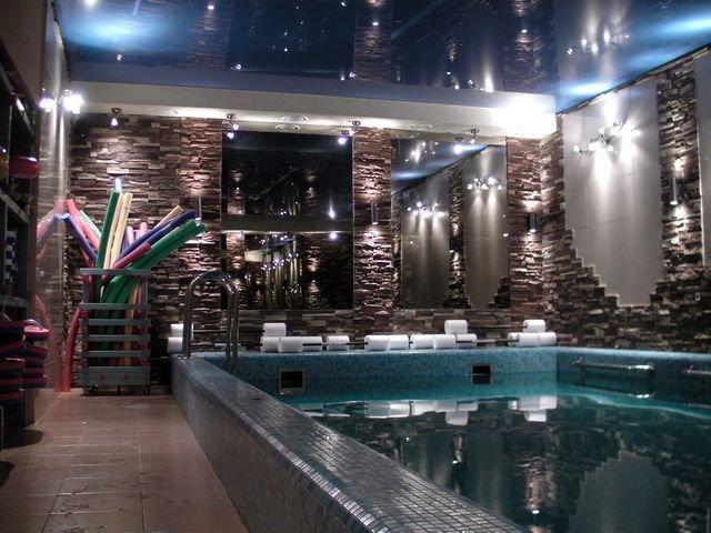 You are currently viewing Натяжные потолки в бассейне
