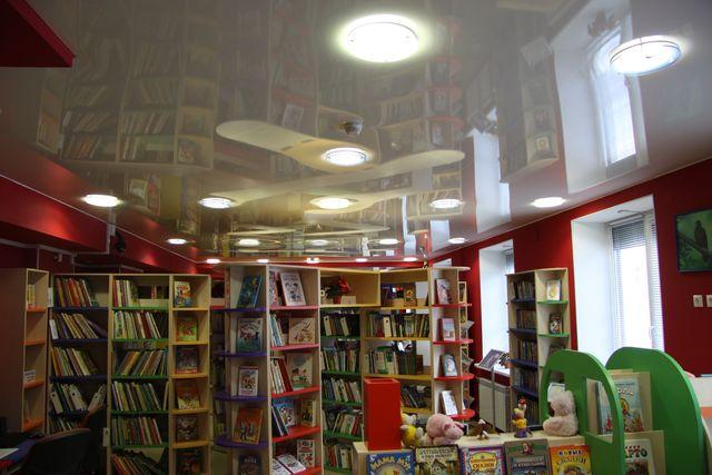 Натяжные потолки в библиотеке