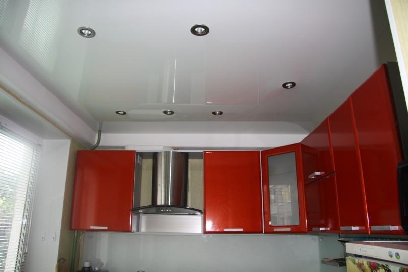 Read more about the article Натяжные потолки на кухне